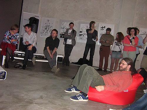 Зрители слушают участников Круглого стола